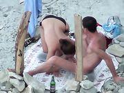 Porno in spiaggia con una ragazza fa sesso orale
