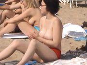 Belle donne con grandi tette sono in topless in spiaggia