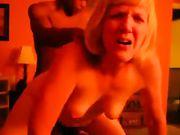Un nero si scopa una moglie da dietro davanti al marito cornuto