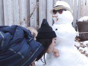 La ragazza fa sesso con il pupazzo di neve all'aperto in luogo pubblico
