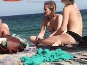 Tre ragazze in topless sono filmate in segreto sulla spiaggia